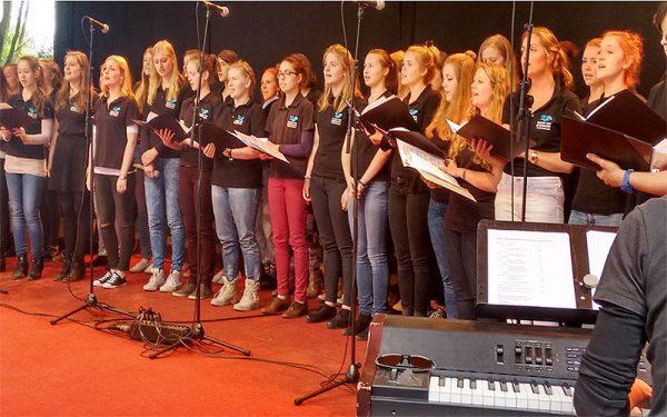 Der Kinder- und Jugendchor ist das musikalische Zuhause für ca. 250 junge Sängerinnen und Sänger von 6 bis 20 Jahren im Opernhaus.