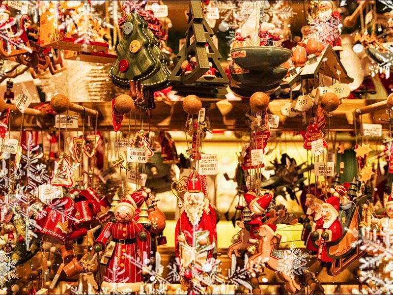 Christbaumschmuck auf dem Kieler Weihnachtsdorf