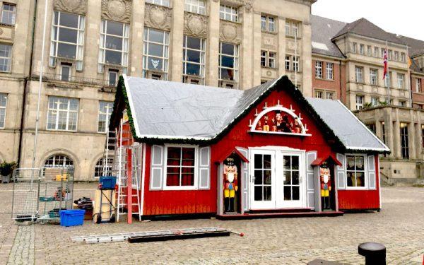 Die erste wunderschöne Hütte errichtet hier der renommierte Weihnachts-Händler Käthe Wohlfahrt